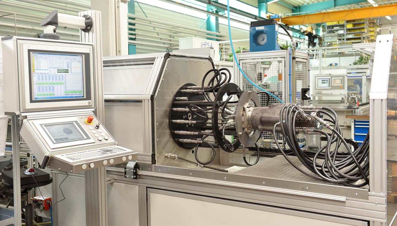 Hydraulikprüfstand in der Werkshalle von Tries. Hier werden Produkte getestet, um einen hohen Qualitätsstandard zu gewährleisten.
