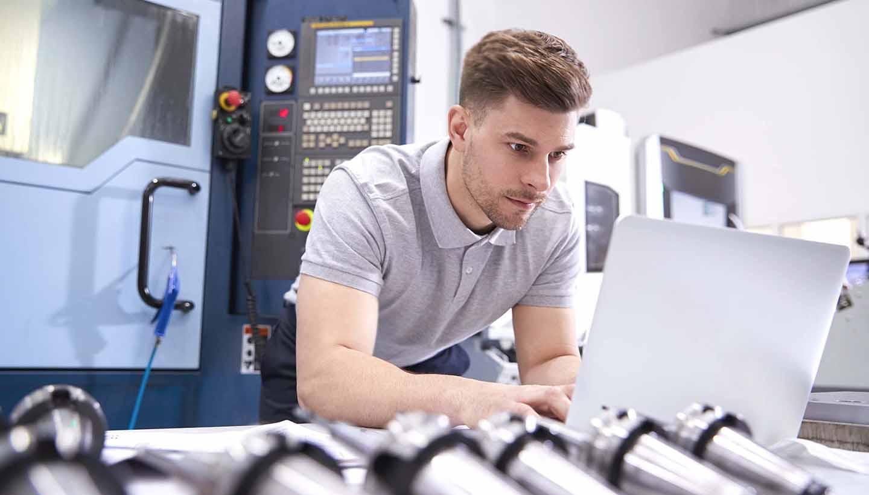 Arbeiter an einer smart gesteuerten Maschine