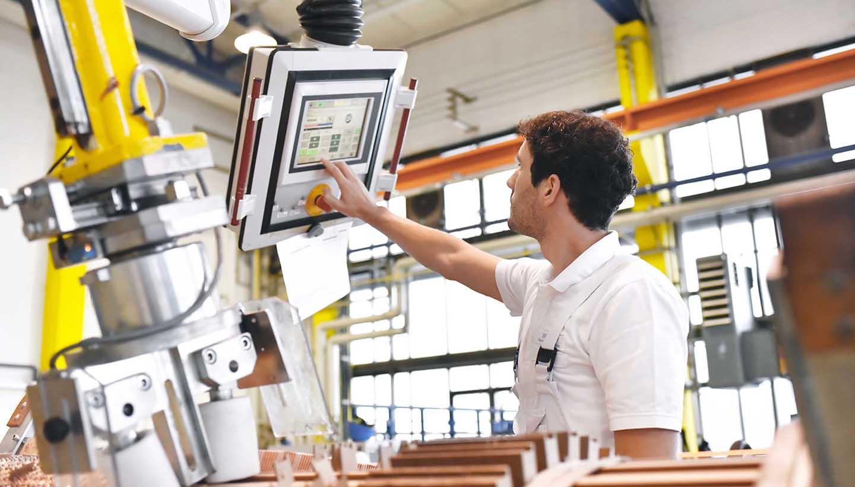 Eine Maschine wird per Tablet bedient