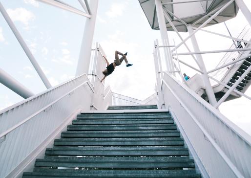 Persoon maakt salto bovenaan trappen