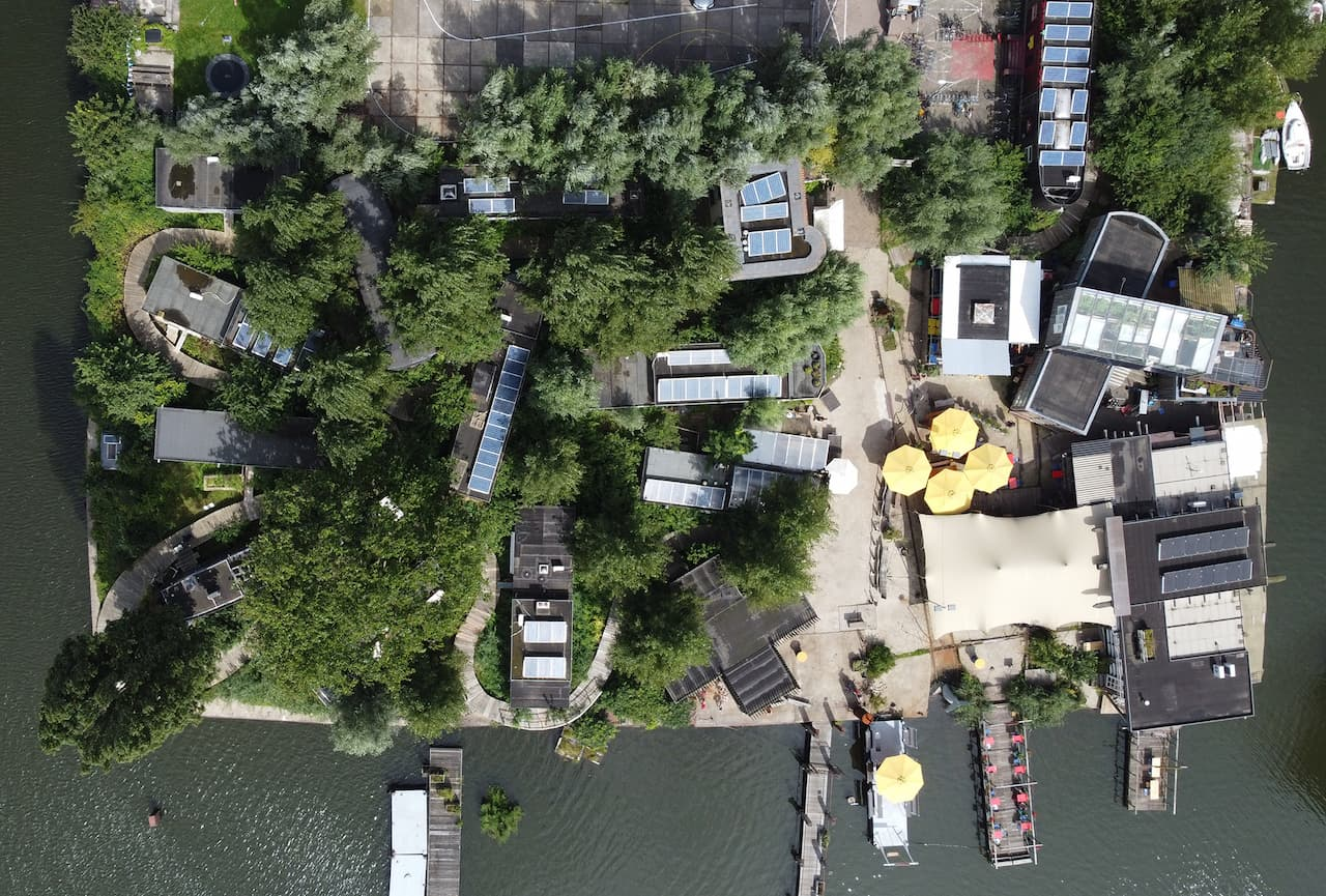 A polluted plot in Amsterdam was transformed into an urban oasis through a community-driven development. In 2012, together with a diverse group of architects, sustainability experts and members of the community, we put forward a regenerative concept for the former shipyard De Ceuvel Volharding. An ecohub for creative and social enterprises, De Ceuvel provides visitors with a unique experience from the moment they first lay eyes on its buildings: beautifully retrofitted houseboats placed on the land, surrounded by soil-cleaning plants and connected via a winding jetty.