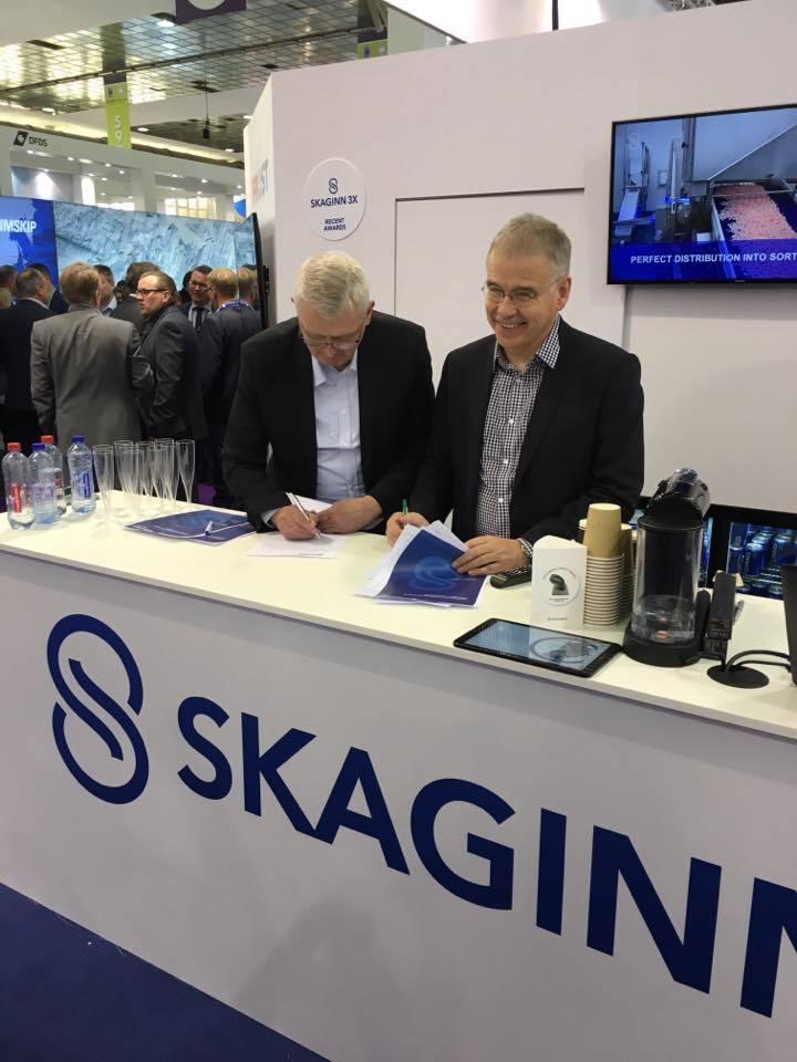 Ingólfur Árnarson CEO of Skaginn 3X and Jón Eðvald Friðriksson CEO of FISK Seafood signing the contract.