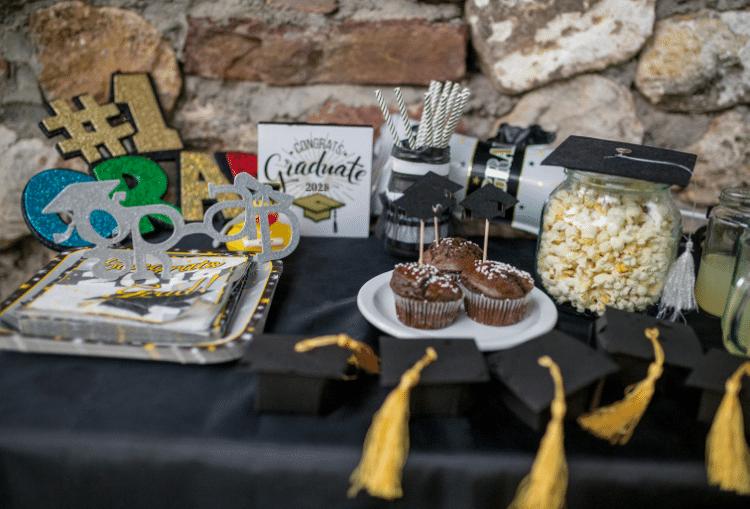 outdoor-graduation-picnic