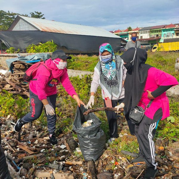 Indonesian people cleaning up on World Cleanup Day 2020