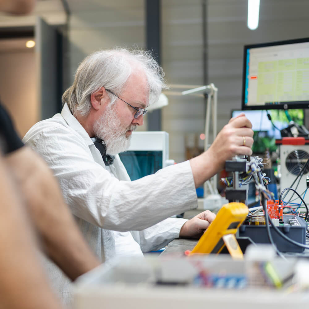 Employee of Heliox in the lab testing a product