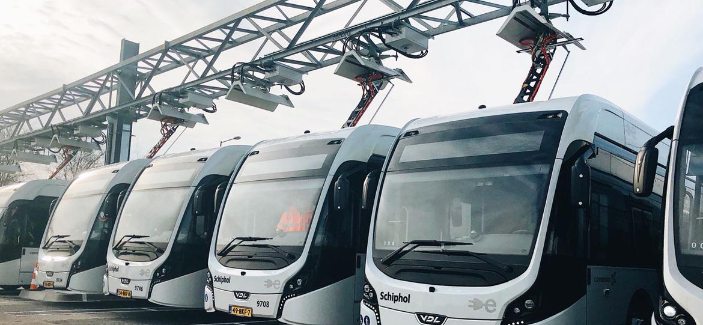 Charging up the Future Größte E-Bus-Flotte am Airport Schiphol fährt mit Smart Charging Stromabnehmern von Schunk Carbon Technology