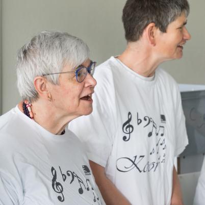 Twee personen in witte t-shirt die samen zingen