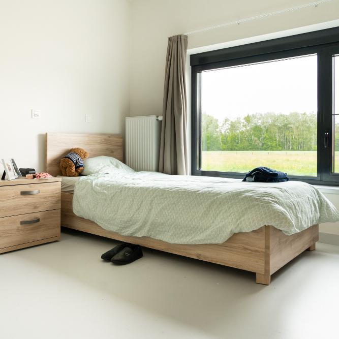 Overzichtsfoto van een persoonlijke kamer met bed in campus t'onzent