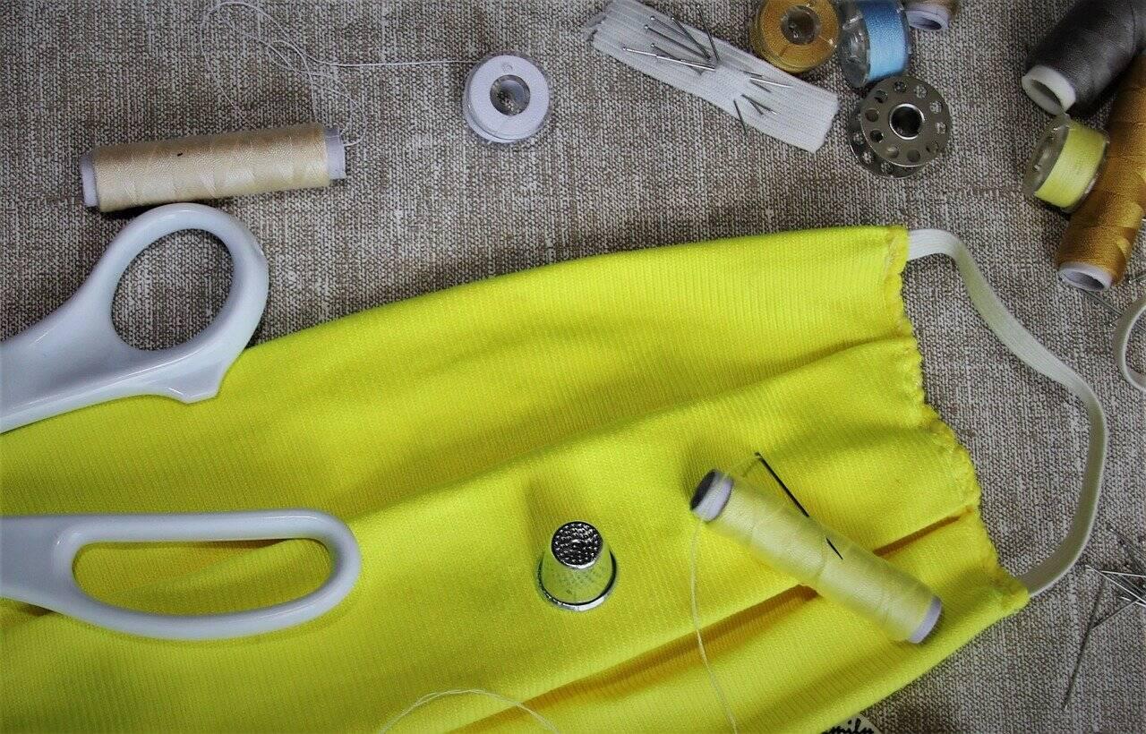 DIY : Un artisan maroquinier lyonnais vous montre comment réaliser un masque en moins de 2 minutes !