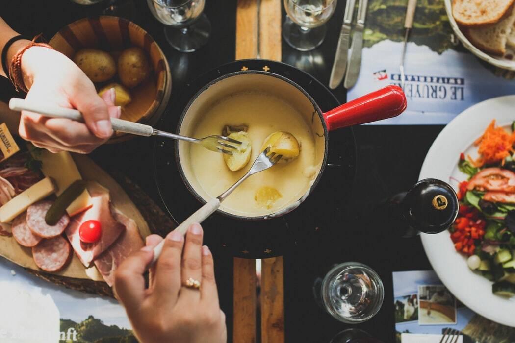 La vraie recette de la fondue savoyarde par un MOF maître fromager, Pierre Gay