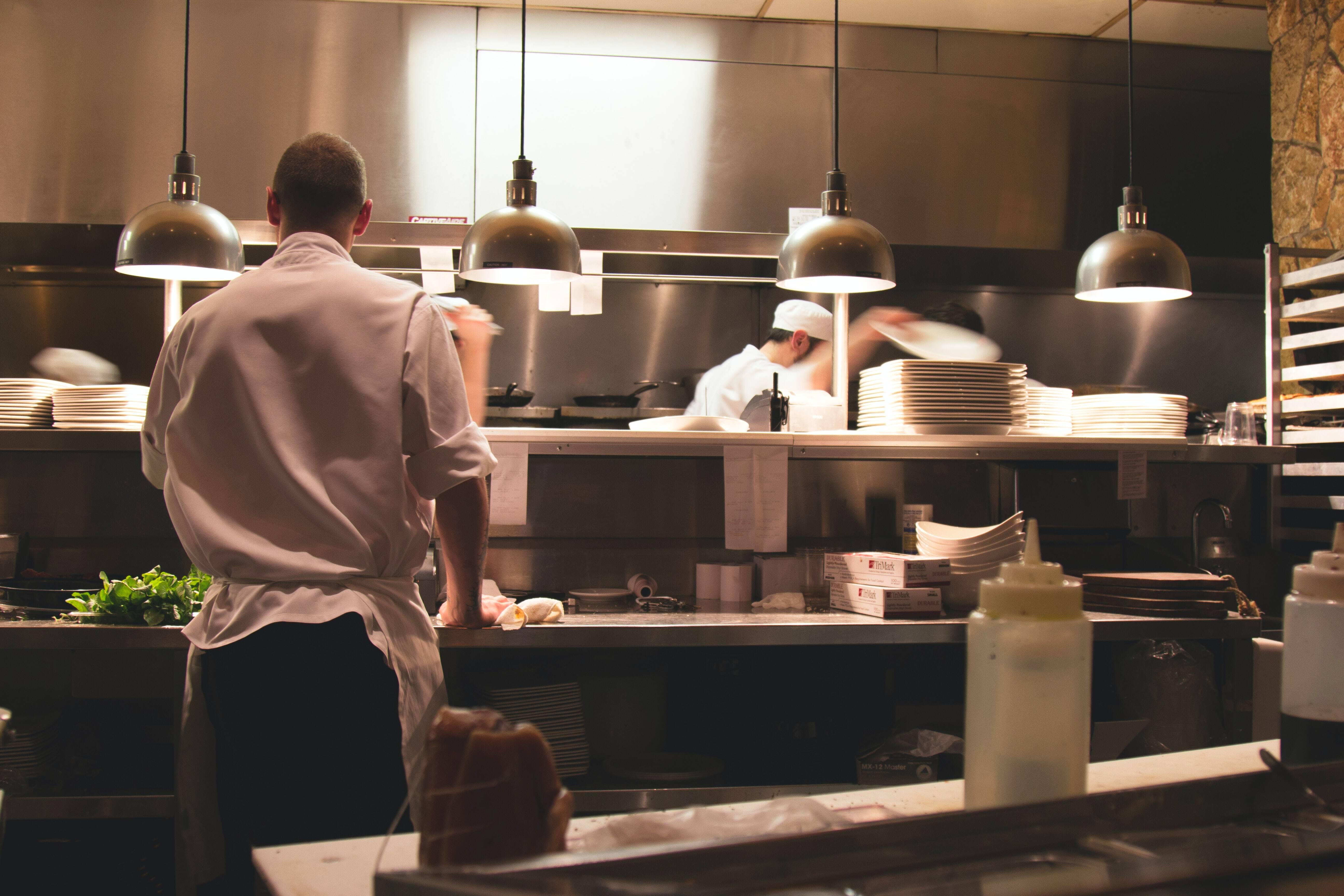 Deux restaurants lyonnais gagnent leur première étoile dans le guide Michelin 2021 !