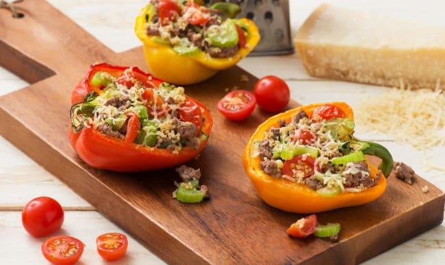 Les poivrons farcis réinventés : boeuf, merguez, riz et leur farandole d'épices et aromates. Profitez d'une dernière recette ensoleillée !