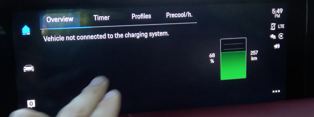 Screen indicating wether or not the car is connected to a charging system