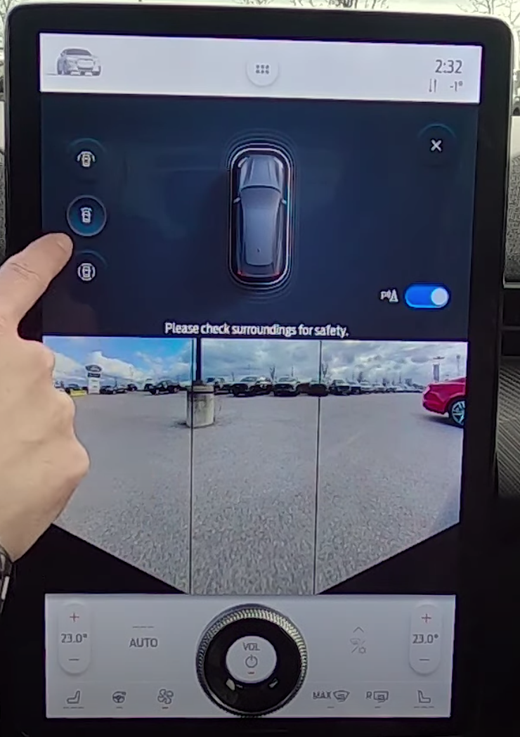 View of the rearview and 360 camera on the infotainment screen to assist with parking
