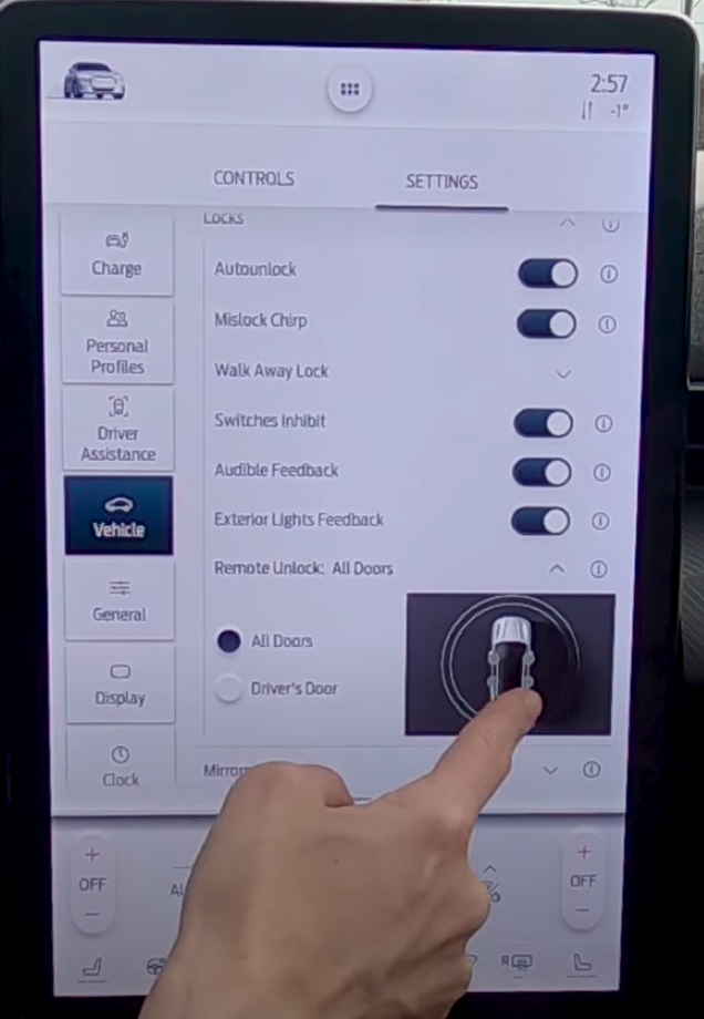 Adjusting the settings for remote unlocking with an illustration of a car next to it