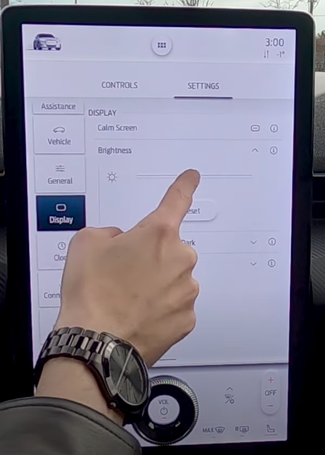 Adjusting the brightness settings of the infotainment display