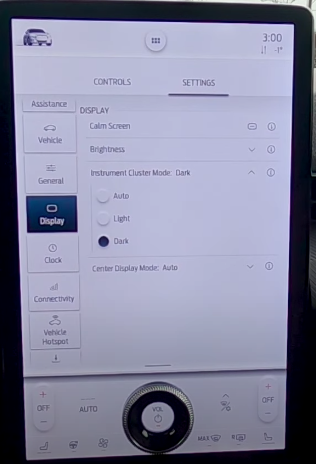 Changing the infotainment screen mode to auto, light or dark