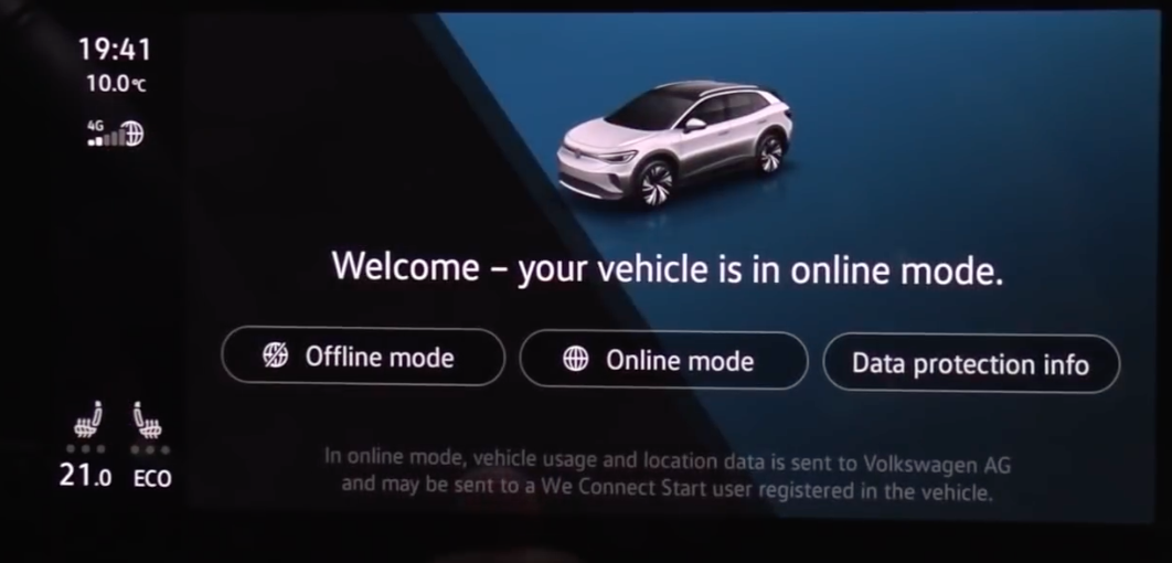 Welcoming screen letting a user chose between online or offline mode