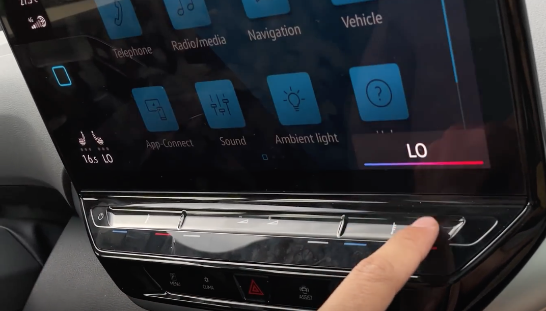 Adjusting the climate settings through the physical buttons