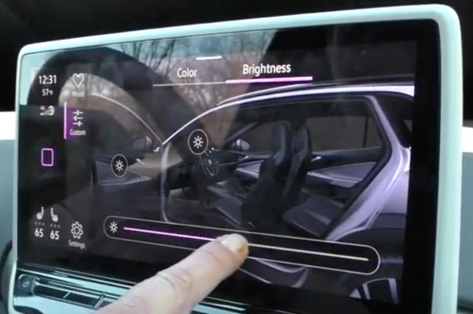 Adjusting the interior light color and brightness of a car