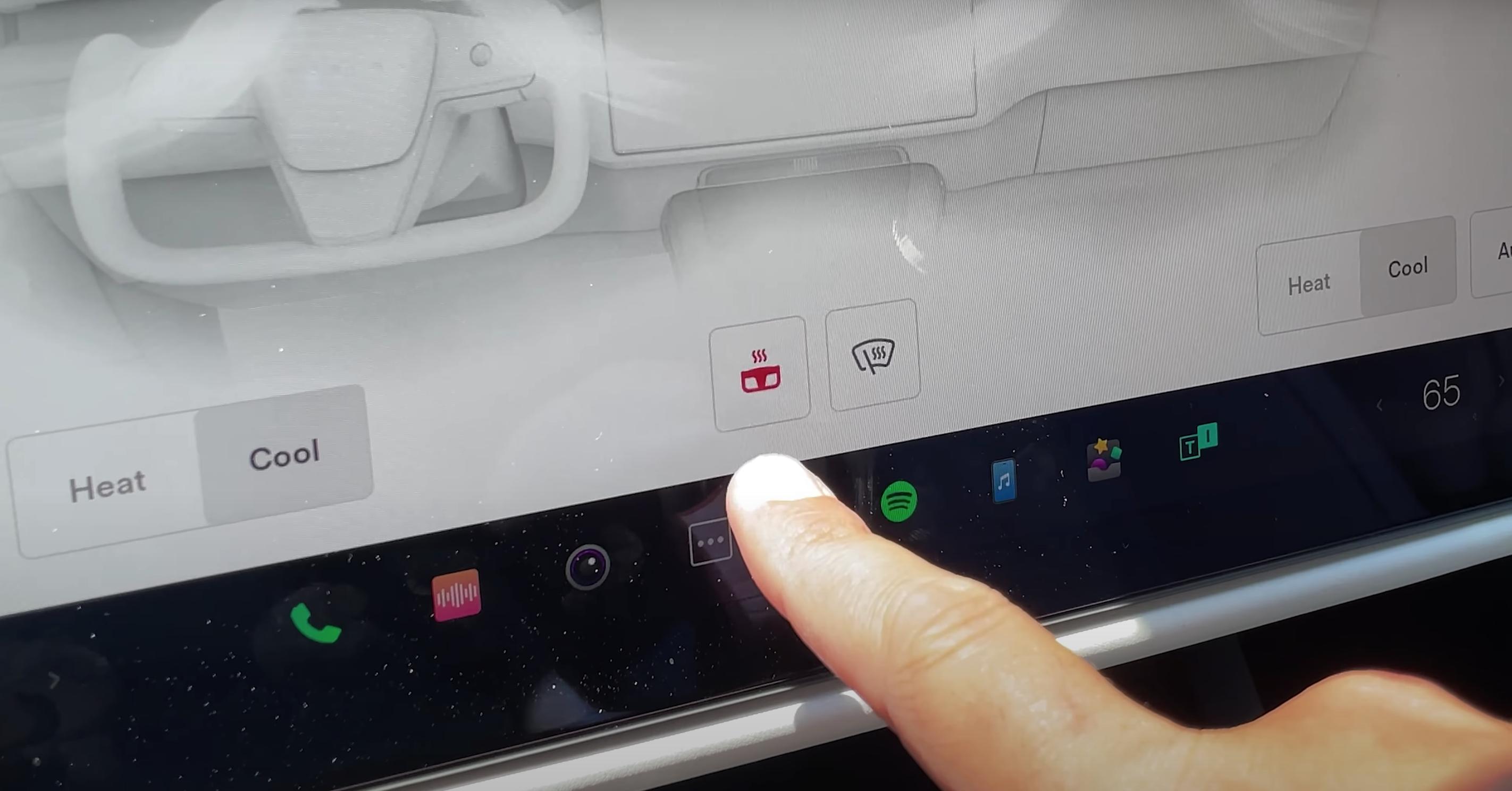 Adjusting the steering wheel temperature through pressing a steering wheel icon