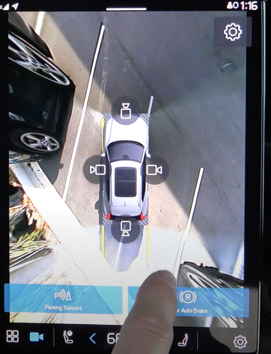 A view of the 360 camera view on the infotainment screen and buttons with camera icons to change the view