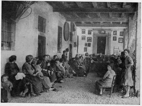Cattedre ambulanti di agricoltura. Foto storica di contadini che ascoltano gli insegnanti.