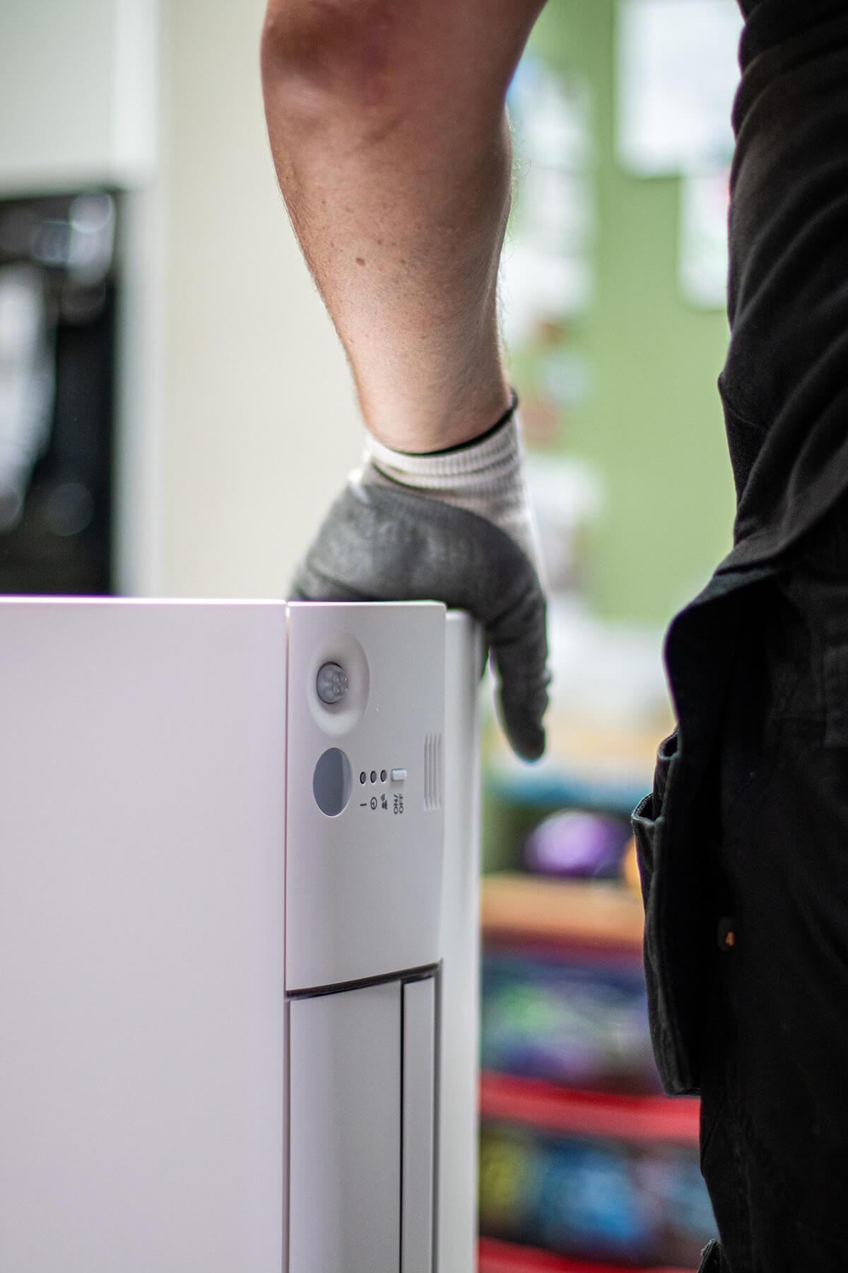 Airco installateur draagt zorg voor het materiaal