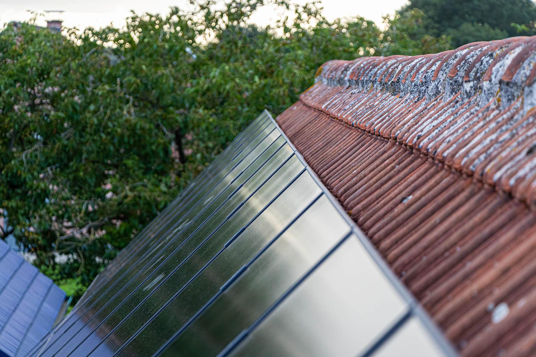 Zonnepanelen perfect afgelijnd op een dak.