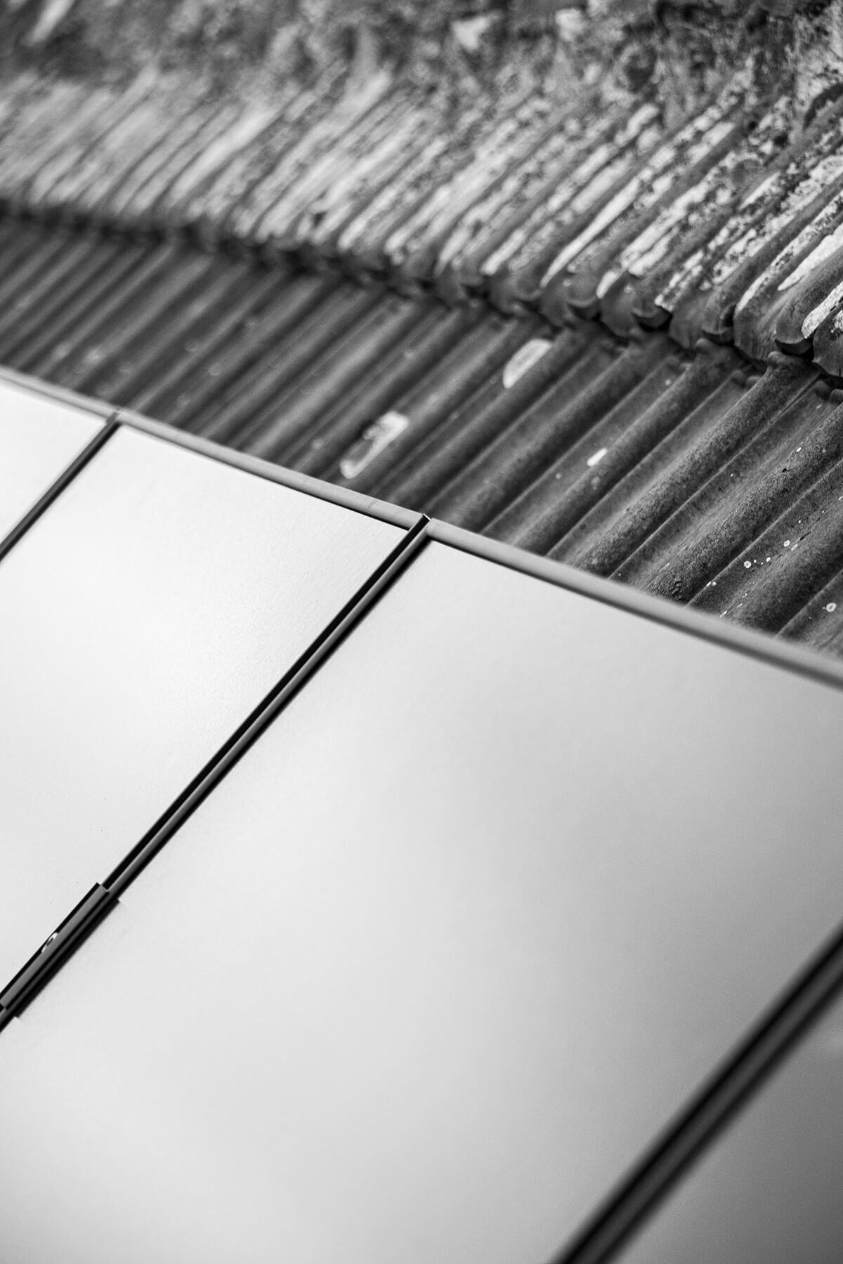 Prachtige close-up van enkele zonnepanelen in het zwart wit.