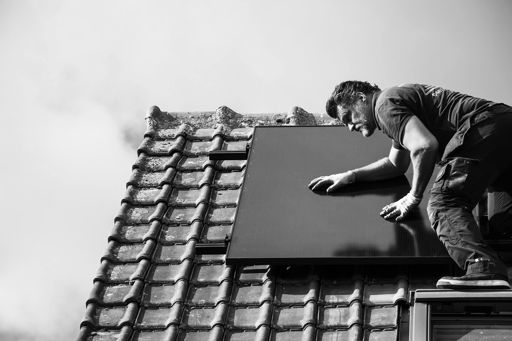 Zaakvoerder keurt de zonnepanelen van dichtbij