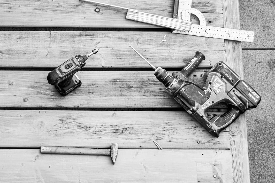 Detailfoto van allerlei gereedschap op houten tafel.