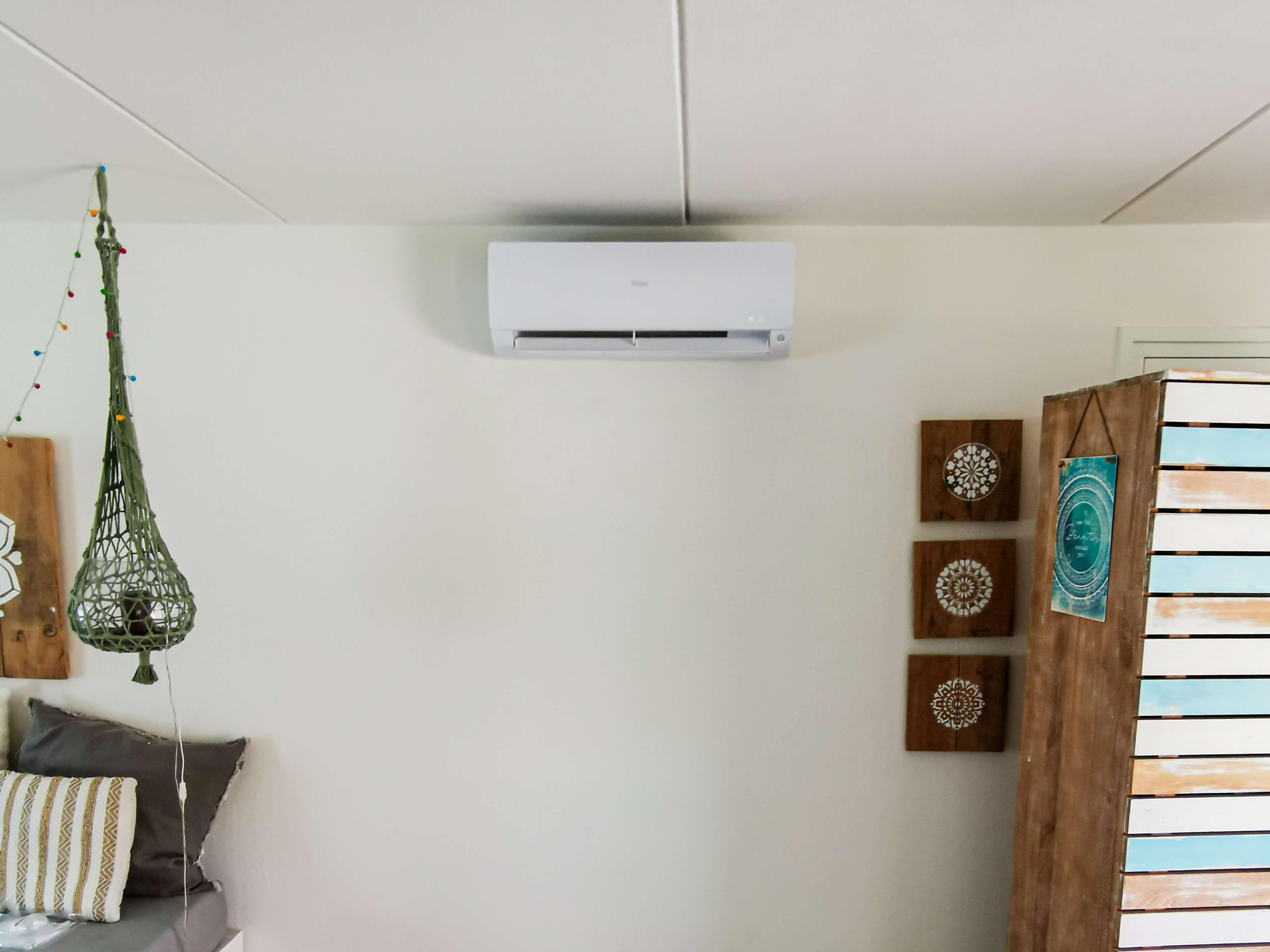 Airco verwarmt een trendy kamer.