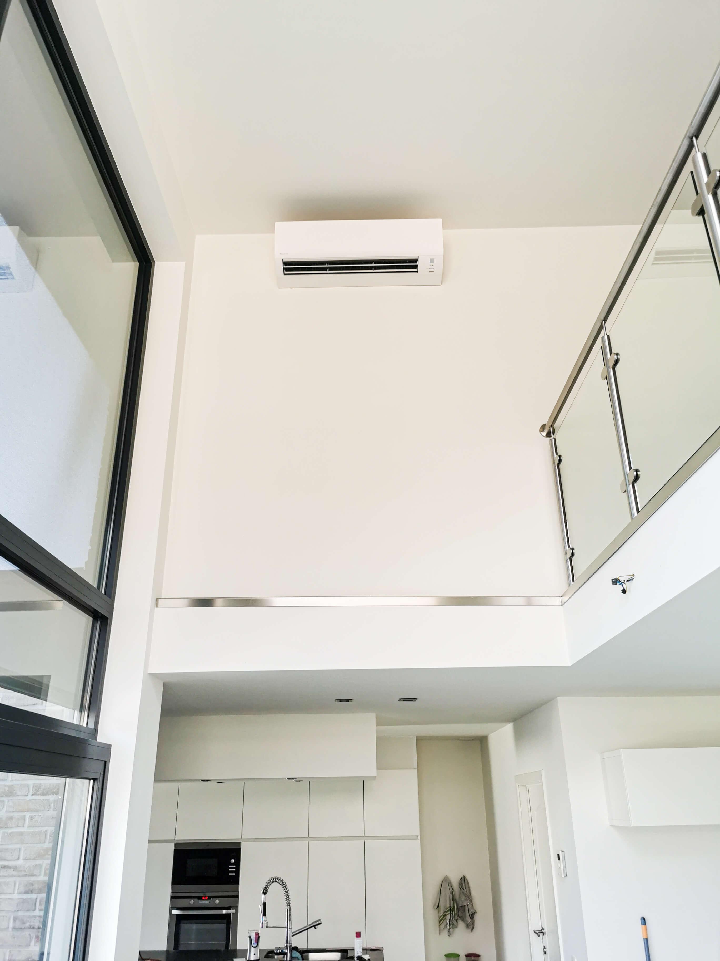 Airco is geplaatst tegen een hoog plafond in een luxueuze woning.