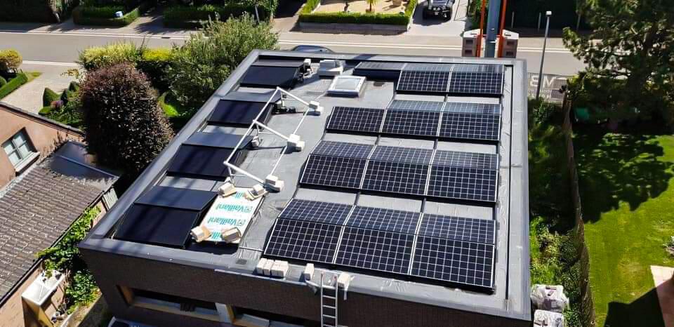 Luchtfoto van een dak met 30 zonnepanelen in het waasland.
