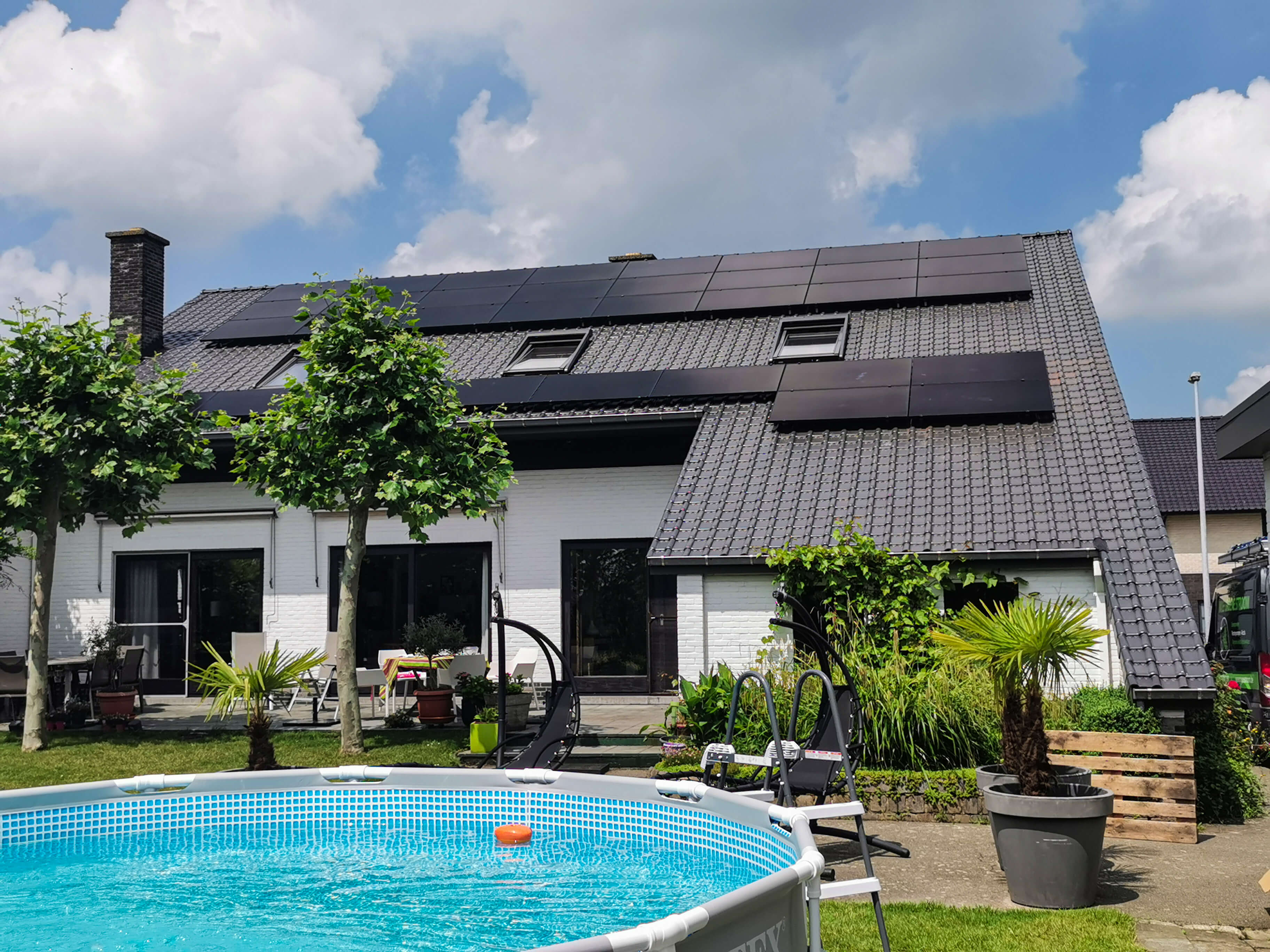 Volledige zonnepanelen installatie op dak van riante villa in het waasland.