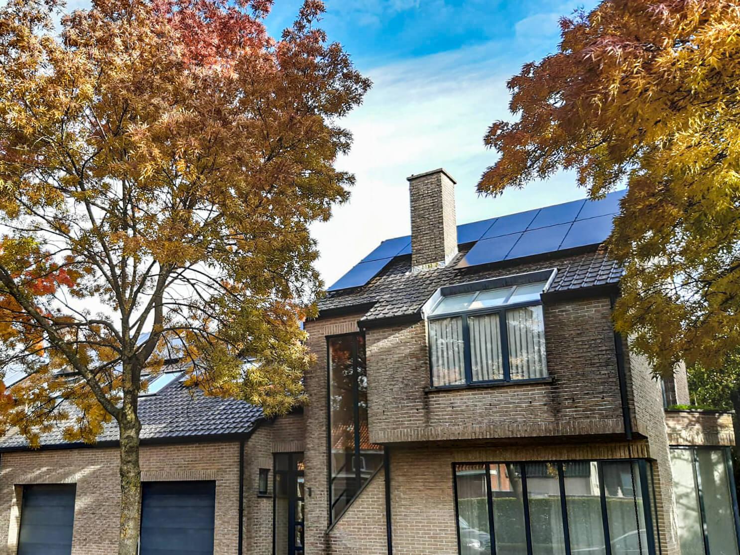 Volledig dak bedekt met zonnepanelen in het waasland.