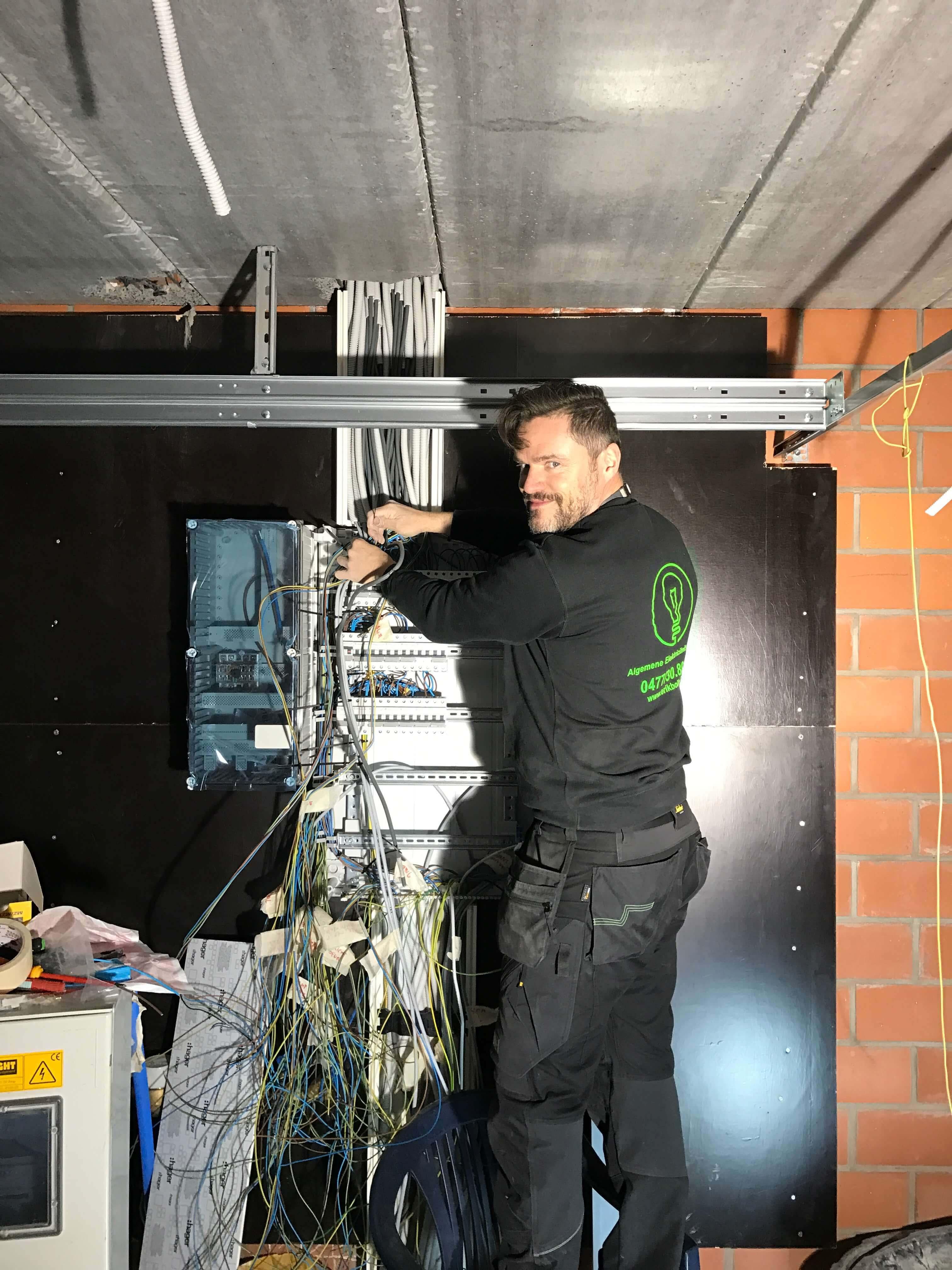 Elektricien installeert sturingskast in het waasland.