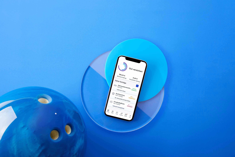 Bild der CLARK-App-Übersicht auf blauem Untergrund mit blauer Bowlingkugel