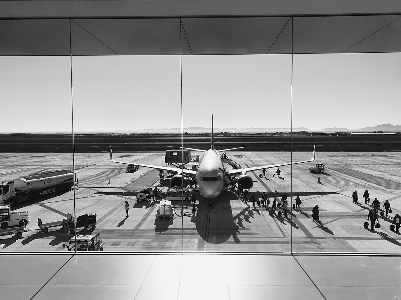 Turbine und Flugzeugtragfläche auf Landebahn