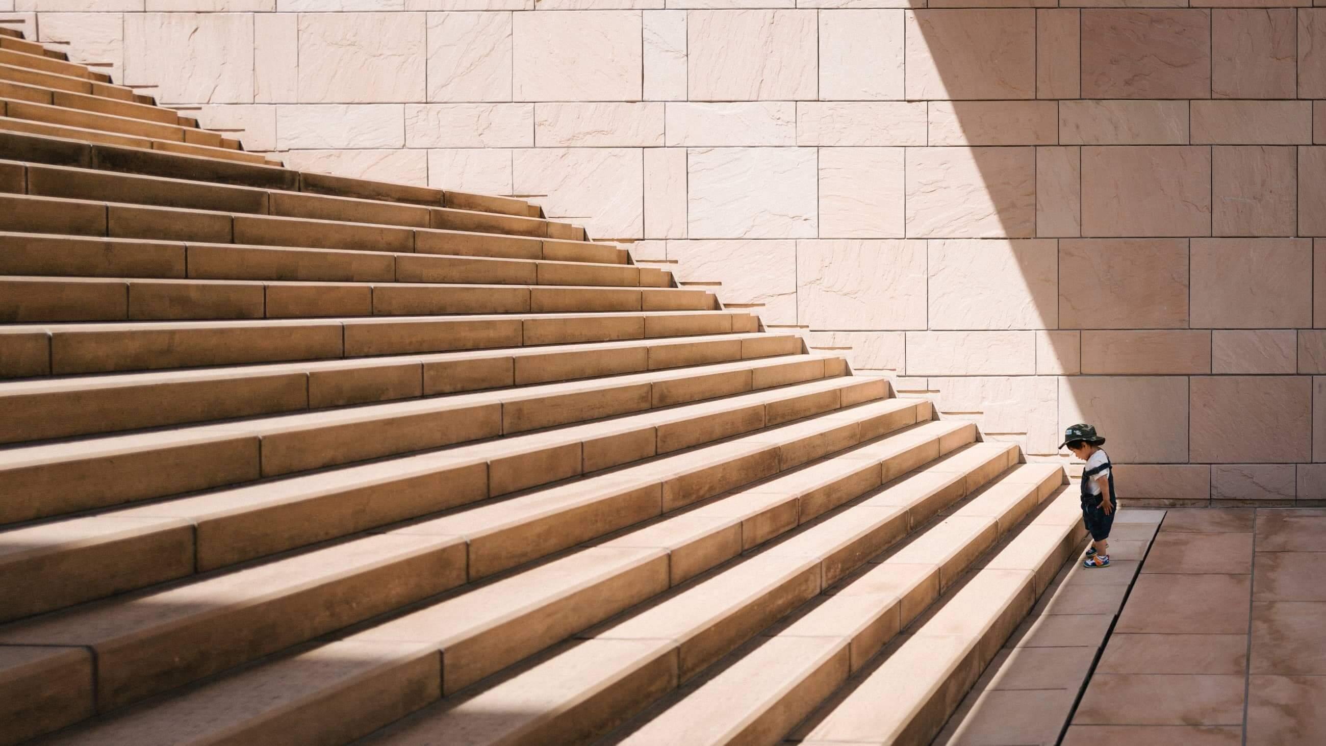 Kind vor breiter Treppe