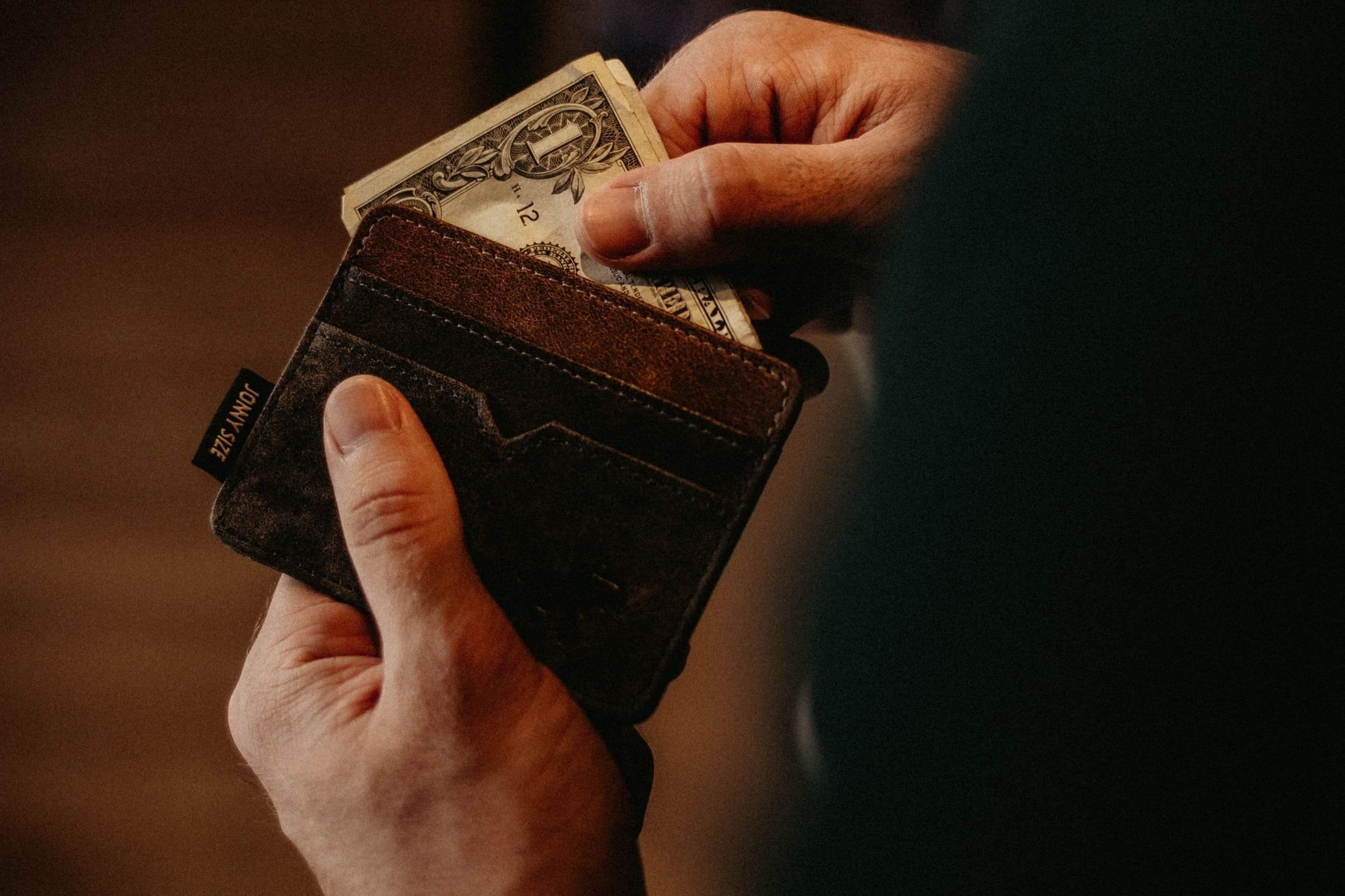 Foto eines braunen Lederportemonnaies mit Geldscheinen