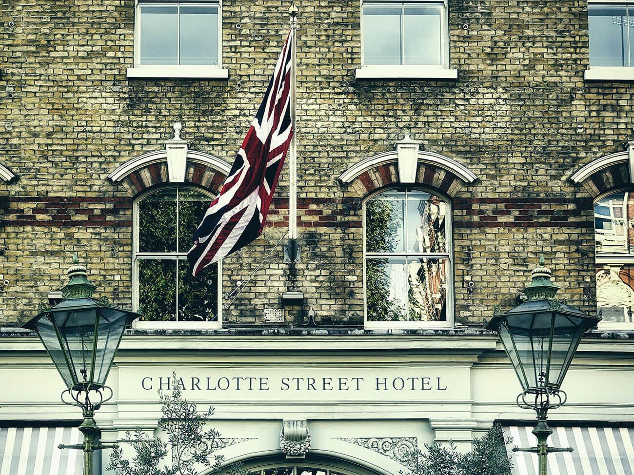 Flagge von Großbritannien vor Backsteinhauswand im Wind